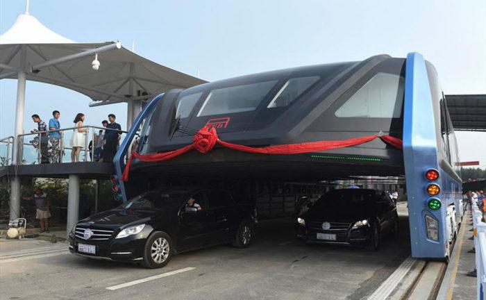 China prueba autobús que avanza sobre el tráfico