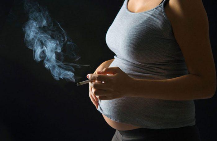 Fumar durante el embarazo daña los riñones del bebé