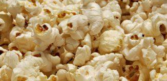 granos de maíz tostados con aceite vegetal
