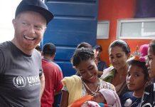 Actor de Modern Family colabora en refugio para venezolanos