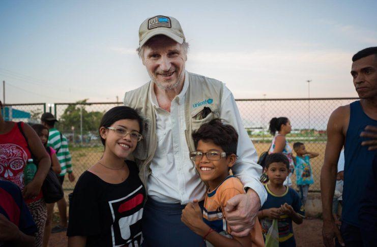 Liam Neeson visita a niños refugiados venezolanos en Brasil